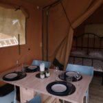 eettafel in de tent